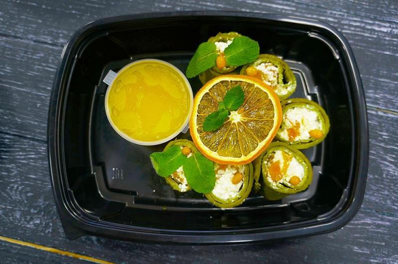 Блинчики матча с творогом, курагой и апельсиновым соусом
