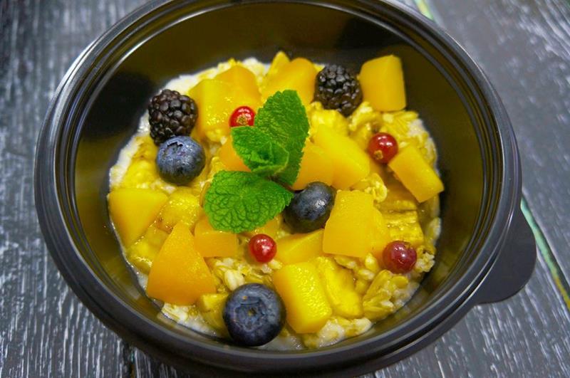Овсяная каша с сезонными фруктами