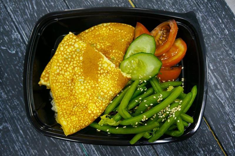 Омлет с зеленой фасолью и помидорами