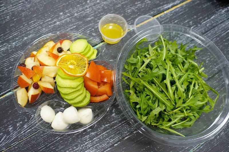 Салат с рукколой, авокадо, грушей и моцареллой