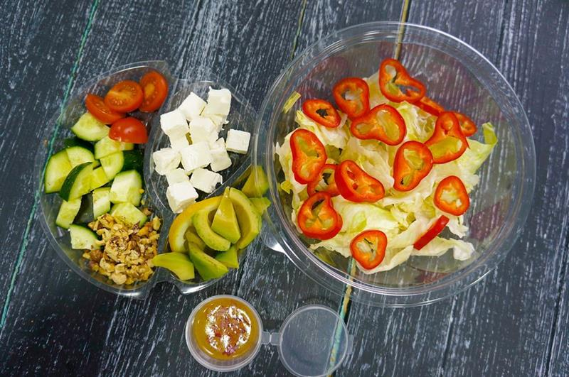 Салат с авокадо, сыром фета и овощами