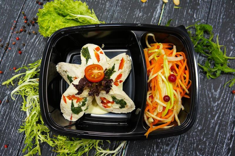 Куриный ролл с овощами и шпинатом