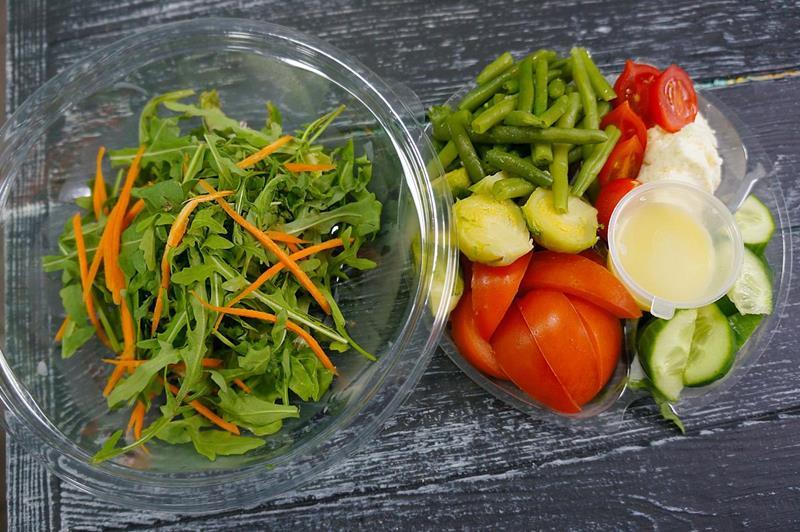 Салат с сыром, овощами и фасолью